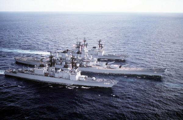 Niszczyciele USS Deyo i USS Compe de Grasse a pomiędzy nimi USS Iowa