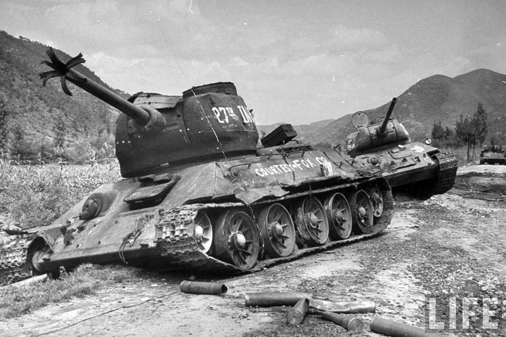 Zniszczone T-34/85 w Korei w latach 50-tych. Przez wielu uznawane za najlepsze czołgi w historii. To zdjęcie zdecydowanie pokazuje, że daleko im było do ideału.