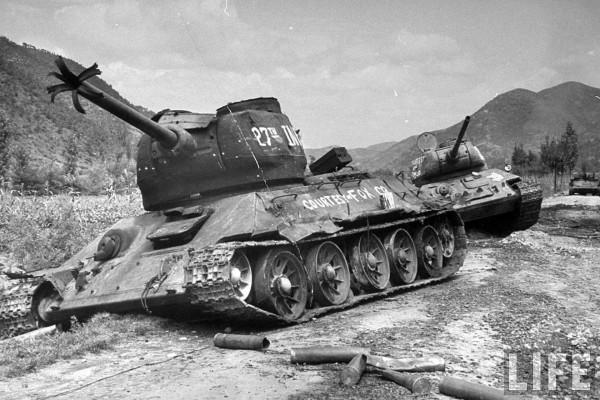 Zniszczone T-34/85 w Korei w latach 50. Przez wielu uznawane za najlepsze czołgi w historii. To zdjęcie zdecydowanie pokazuje, że daleko im było do ideału.