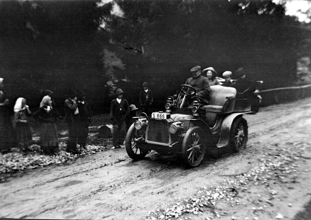 Jeden z pierwszych samochodów na polskich drogach w 1918 roku