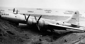 B-29 Superfortress na plaży na Iwo Jimie