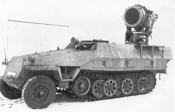 SdKfz 251 Uhu z olbrzymią lampą światła podczerwonego