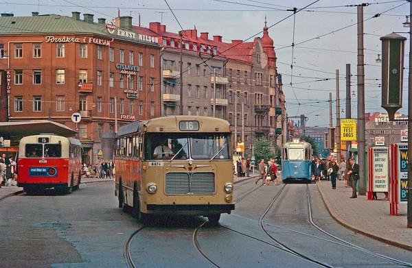Tramwaje i autobusy w Sztokholmie w 1962 roku (fot. Stockholm Transport Museum)