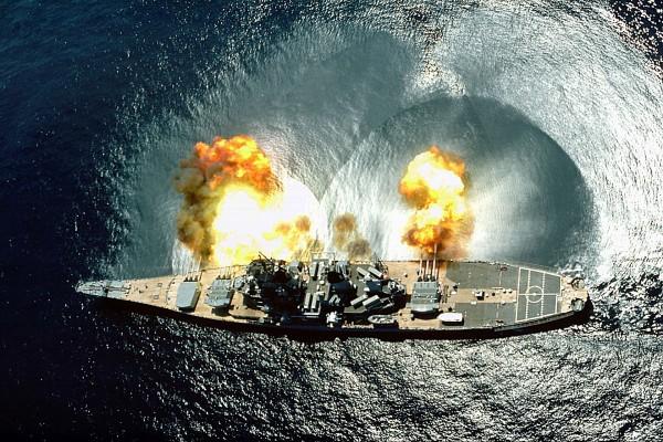 Chyba najsłynniejsze zdjęcie pancernika USS Iowa, w trakcie salwy burtowej