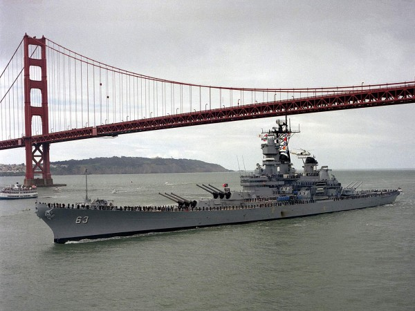 USS Missouri przepływa pod mostem Golden Gate