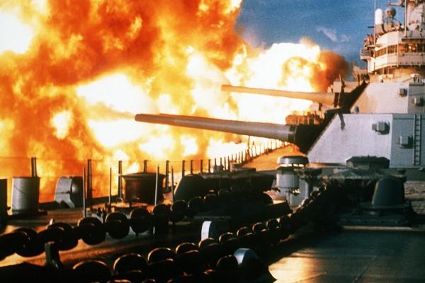 USS New Jersey podczas ostrzału celów w Libanie