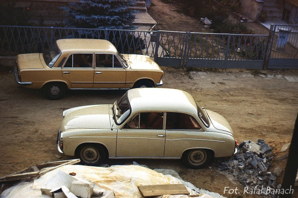 Polska motoryzacja w 1982 roku - królowie polskich szos, czyli Syrenka i Duży Fiat, czyli Fiat 125p. (Fot. Rafał Banach)