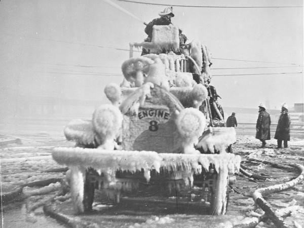 Bostoński wóz strażacki skuty lodem w latach 20-tych (fot. Leslie Jones)