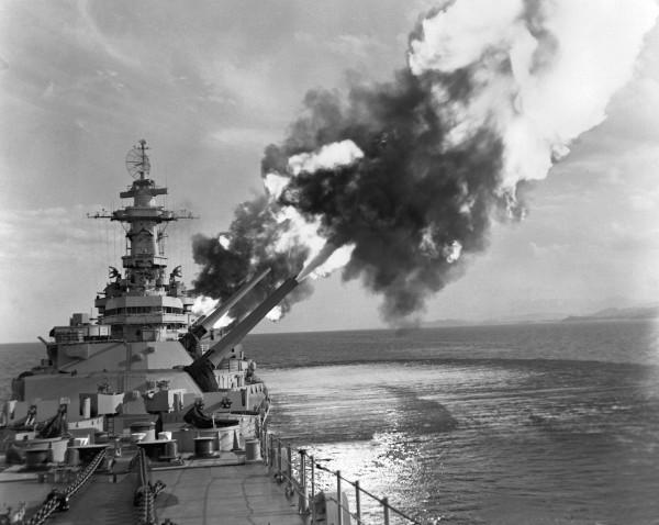 USS New Jersey podczas ostrzału celów w Korei
