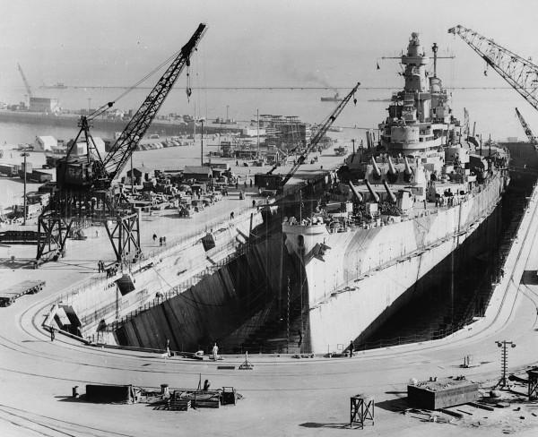 USS Iowa w suchym doku podczas remontu
