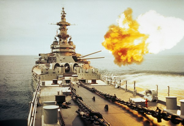 USS Missouri podczas ostrzału celów w Korei w latach 50.