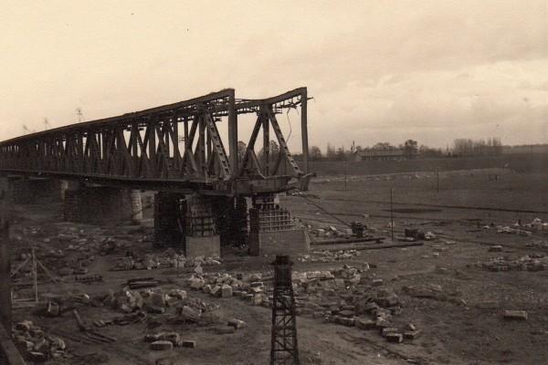 Nowy most kolejowy podczas odbudowy w czasie wojny
