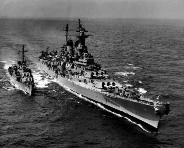 USS Missouri podczas tankowania niszczyciela USS Joseph P. Kennedy Jr w latach 50.