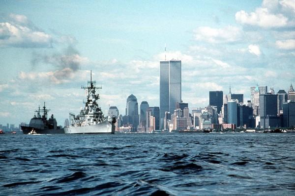 USS Wisconsin w Nowym Jorku. W tle widać wieże World Trade Center