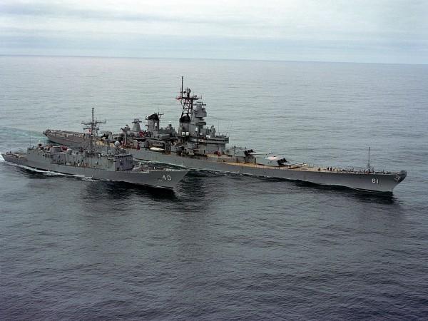 USS Iowa w trakcie przekazywania paliwa na fregatę USS Halyburton w trakcie ćwiczeń NATO Ocean Safari w 1985 roku