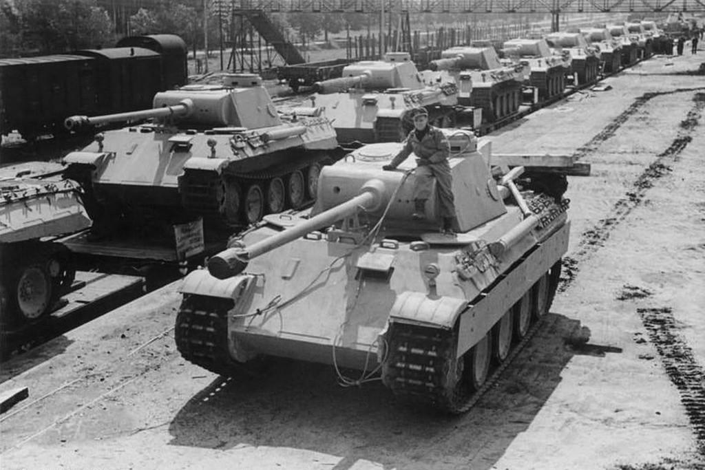 Niemieckie czołgi PzKpfw V Panther w trakcie przygotowań do wysłania na front