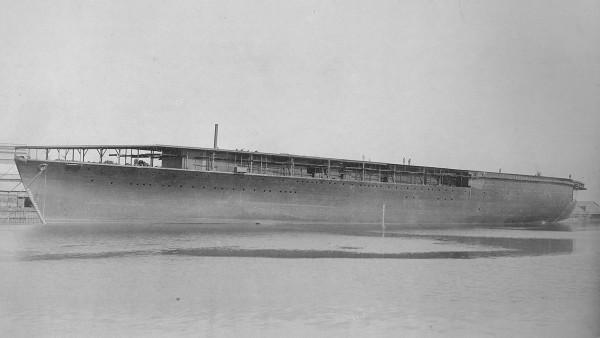 Japoński lotniskowiec Hōshō krótko przed zakończeniem budowy