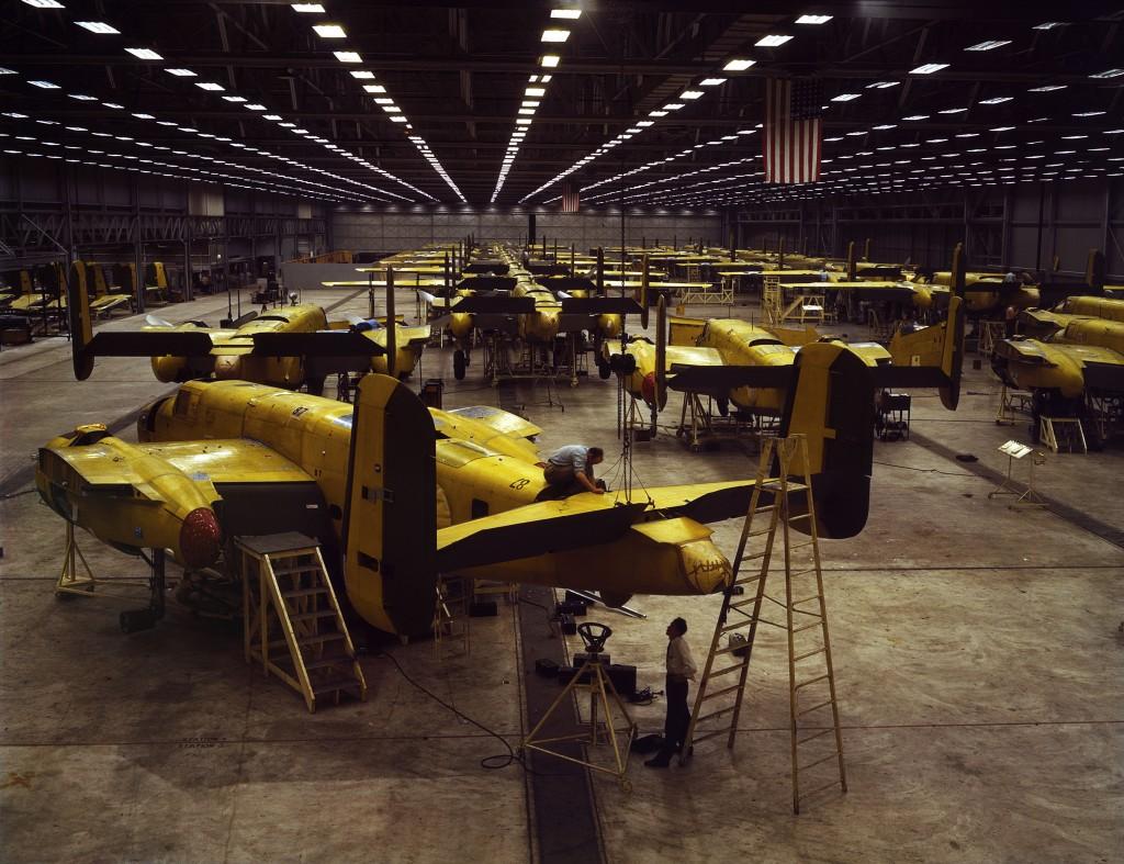 B-25 Mitchell w hali produkcyjnej zakładów North American w Kansas City w 1942 roku (fot.  Alfred T. Palmer)