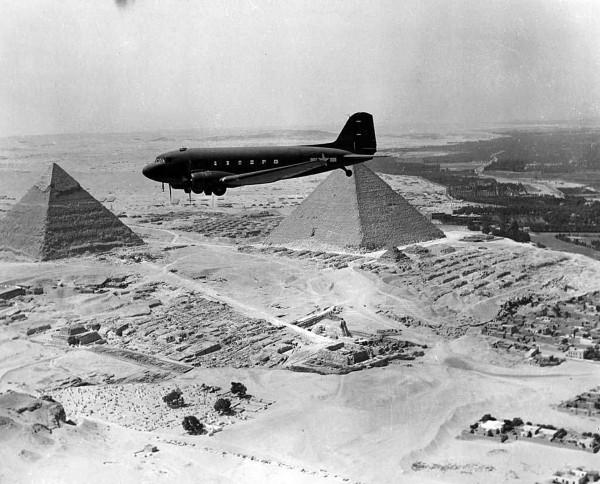 C-47 Skytrain nad piramidami w Egipcie (fot. George C. Marshall Foundation)