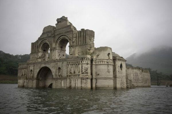 Pozostałości XVI-wiecznego kościoła w zbiorniku wodnym Nezahualcoyotl niedaleko miasteczka Nueva Quechula w prowincji Chiapas w Meksyku (fot. David von Blohn/AP Photo)