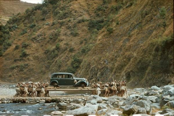 Tragarze niosący Mercedesa (prawdopodobnie sprezentowanego przez Hitlera) do Indii w styczniu 1950 roku w celu zamienienia go na inny samochód (fot. Volkmar Wentzel)