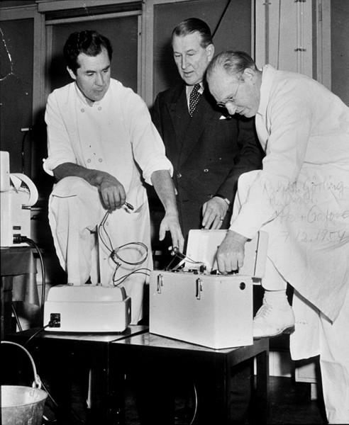 Aka Senning wraz z lekarzami prowadzącymi eksperymenty nad rozrusznikiem serca