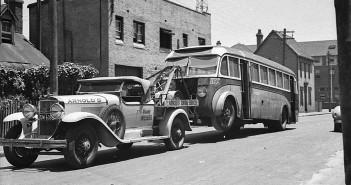 Cadillac holujący autobus w Sydney w Australii w 1938 roku (fot. Sam Hood)