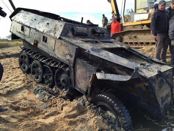 Wydobycie SdKfz 250 z Pilicy (fot. Panzer Farm)