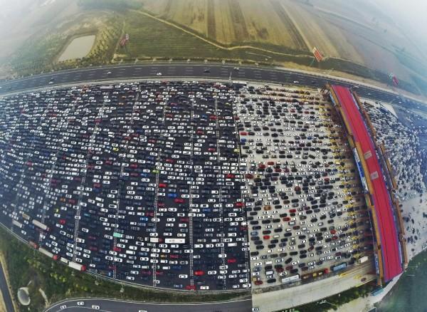 Olbrzymi korek na trasie Pekin-Hong Kong Makau (fot. Reuters/China Daily)