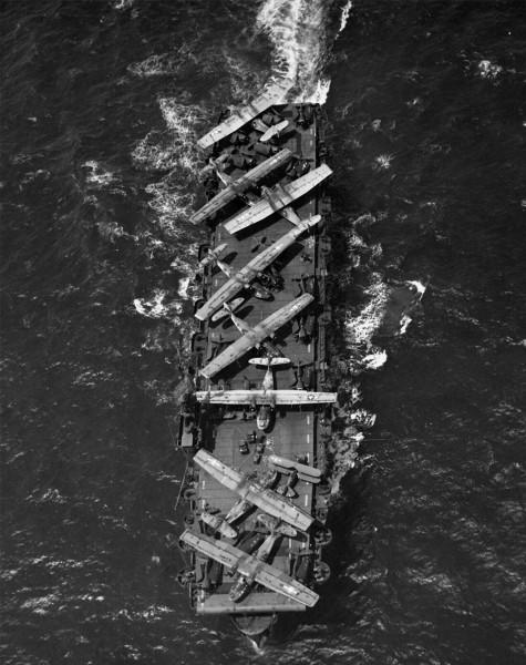 USS Thatis Bay w 1944 roku podczas transportu min. łodzi latających PBY Catalina