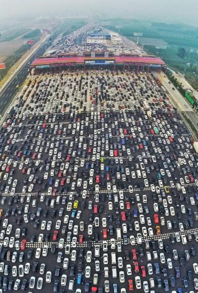 Olbrzymi korek na trasie Pekin-Hong Kong Makau (fot. ChinaFotoPress/ChinaFotoPress)
