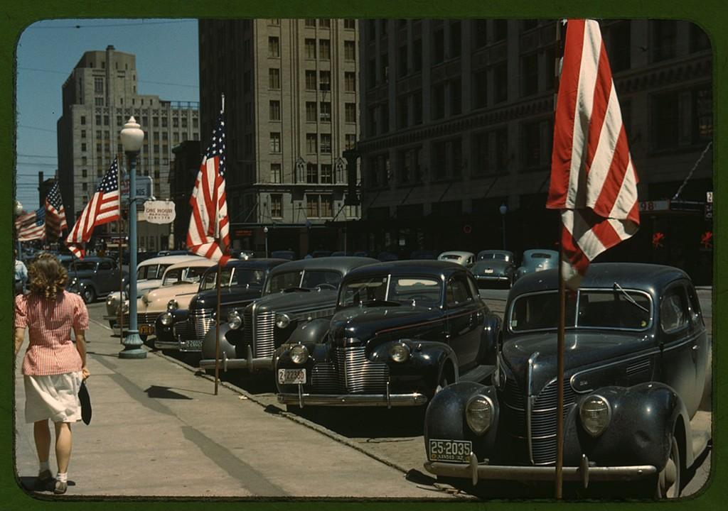 Samochody zaparkowane przy jednej z ulic w miasteczku Lincoln w stanie Nebraska w USA. Zdjęcie wykonano w 1942 roku (fot. John Vachon)