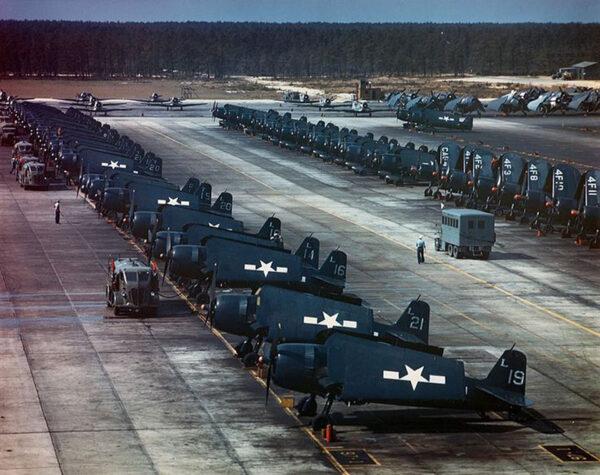 Samoloty typu Grumman F6F Hellcat i Vought F4U Corsair w bazie Naval Air Station (NAS) w Atlantic City w stanie New Jersey w 1945