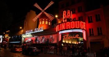 Moulin Rouge współcześnie w nocy (fot. Christine Zenino)