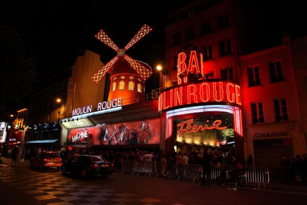 Moulin Rouge współcześnie w nocy