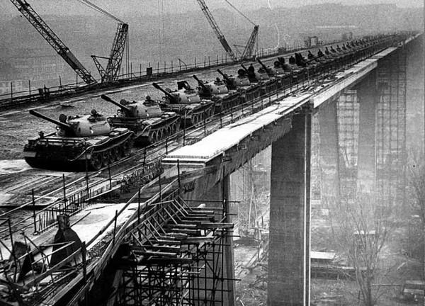Most Nuselski w czasie testów obciążeniowych - widać 66 czołgów T-55