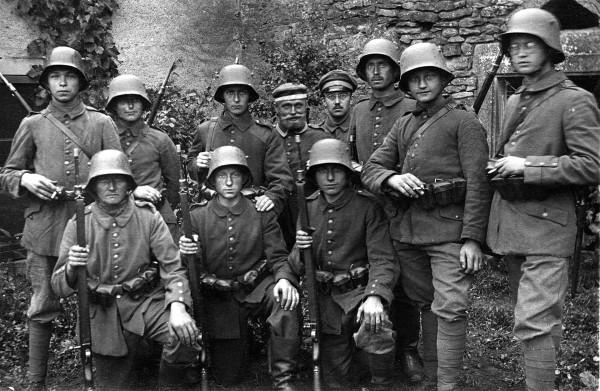 Niemieccy żołnierze noszący Stahlhelm w trakcie I wojny światowej