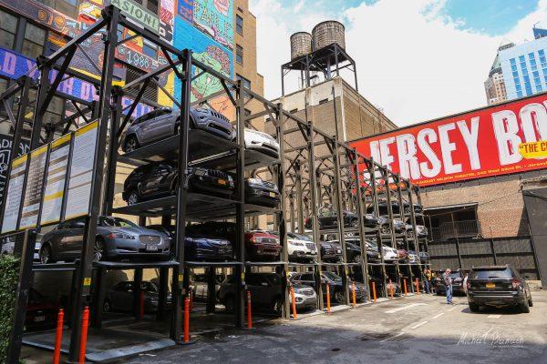 Parking automatyczny w Nowym Jorku współcześnie (fot. Michał Banach)