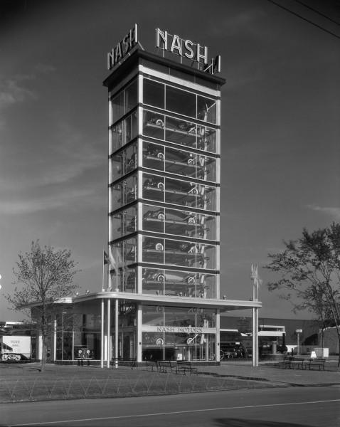Wystawa samochodów w formie parkingu automatycznego w Chicago w 1933 roku (fot. Chicago History Museum)