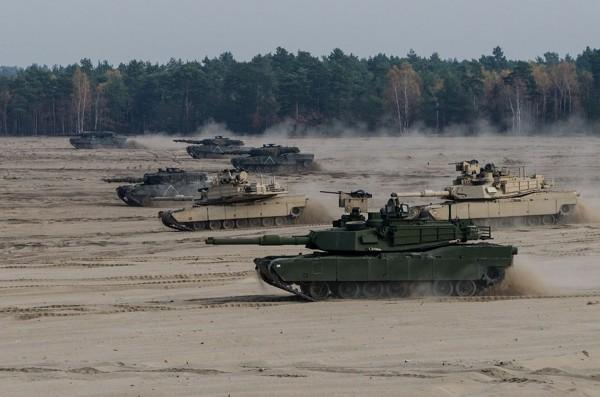 Amerykański M1A2 Abrams i polski Leopard 2A4 (fot. chor. Rafał Mniedło)