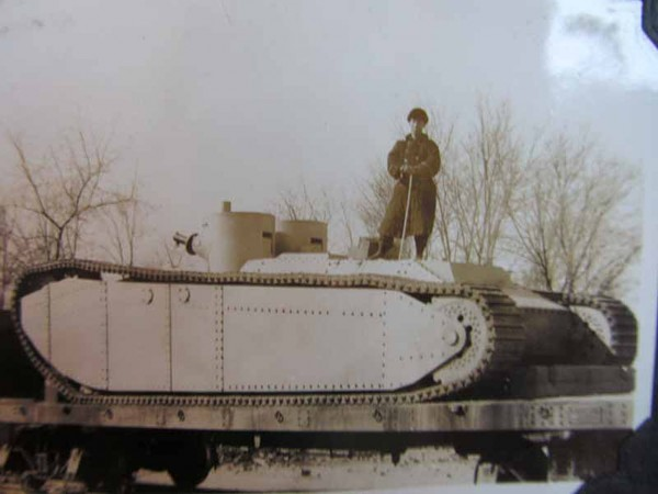 Zdjęcie pojazdu uznawanego za rozwinięcie Studebaker Supply Tank, który trafił do Chin - brak jakichkolwiek informacji o pojeździe poza dwoma zdjęciami