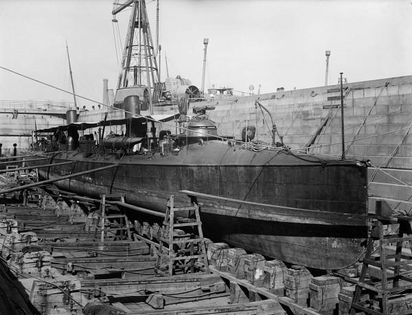 Torpedowiec USS Foote w suchym doku
