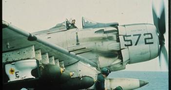 A-1H Skyrider o numerze bocznym NE/572 Paper Tiger II z podczepioną bombą sedesową