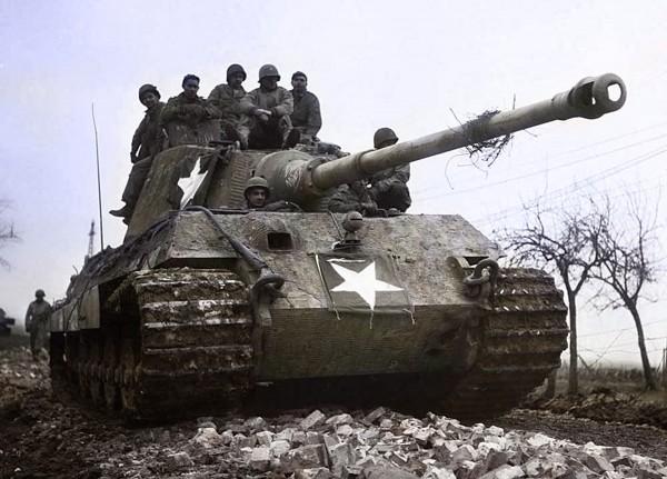 Niemiecki czołg cięzki PzKpfw VI Ausf. B Tiger II po przejęciu przez wojska amerykańskie w 1945 roku