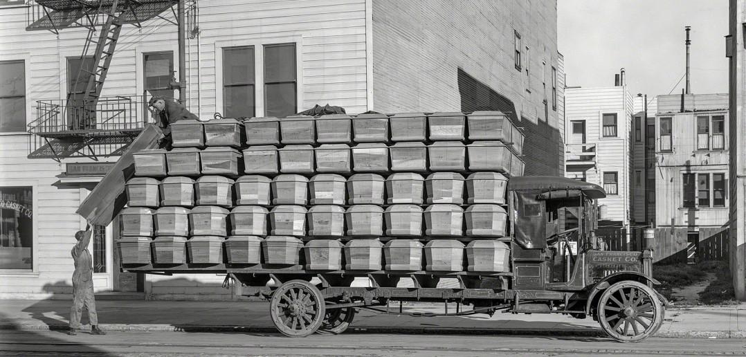 Ciężarówka załadowana trumnami - 1918 rok, San Francisco (fot. Christopher Helin/Shorpy Archive)