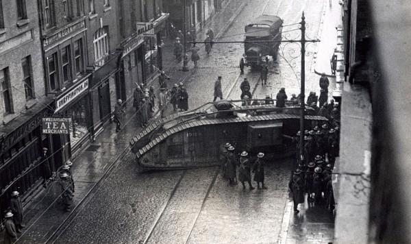 Brytyjski czołg Mark V taranuje wejście do jednego z budynków w Dublinie - 18 stycznia 1921 roku