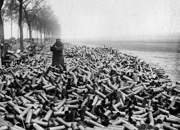 Brytyjski żołnierz stojący wśród łusek od pocisków artyleryjskich wystrzelonych w trakcie jednego dnia walk w 1916 roku (fot. Tom Aitken/National Library of Scotland)
