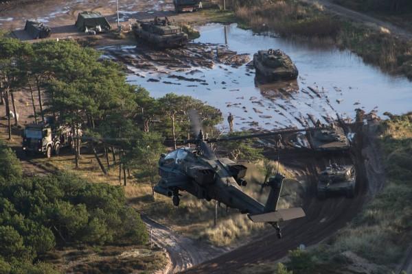 Duńskie Leopardy 2 na wspólnych ćwiczeniach z amerykańskimi śmigłowcami Apache (fot. Forsvaret)
