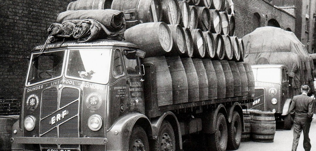 Ciężarówka firmy Allisons Transport z Wielkiej Brytanii z ładunkiem beczek po whiskey
