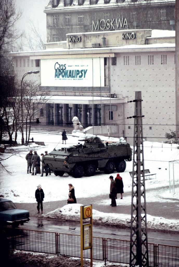 Kołowy transporter Opancerzony SKOT stojący przed kinem Moskwa w czasie Stanu Wojennego. Równocześnie miała miejsce premiera filmu Czas Apokalipsy. Jest to najsłynniejsze zdjęcie z czasów Stanu Wojennego (fot. Chris Niedenthal)